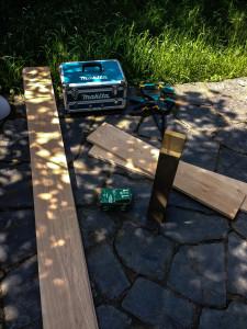 Zuschnitt, Schrauben und Werkzeug stehen bereit