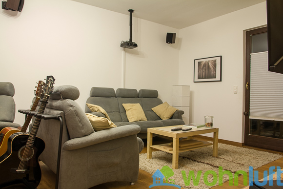 Blick zum Sofa: Man sieht ein Sofa